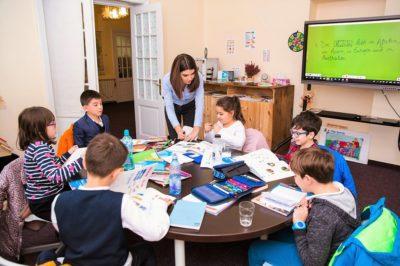 copiii de la kinder kulturhaus in timpul cursurilor de limba germana